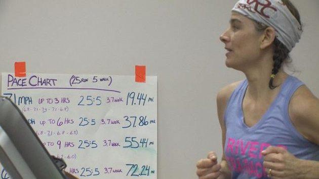 Suzi Swinehartová uběhla za dvanáct hodin na běžeckém pásu 73,3 míle. Zapsala se do Guinessovy knihy rekordů.