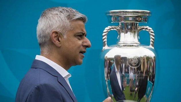 Londýnský starosta Sadiq Khan se rozhodl motivovat obyvatele Londýna k očkování a nabídl dva lístky na finále EURO 2021.