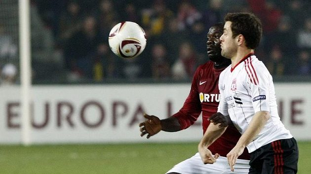 Sparťan Martin Abena (vzadu) bojuje o míč s Joem Colem z Liverpoolu.