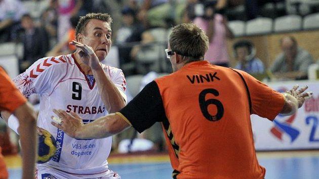Filip Jícha střílí přes nizozemského hráče Matthijse Vinka.