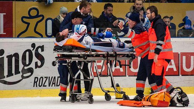 Plzeňský Ondřej Kratěna v neděli opustil led na nosítkách, a to po zákroku mladoboleslavského Davida Šticha.