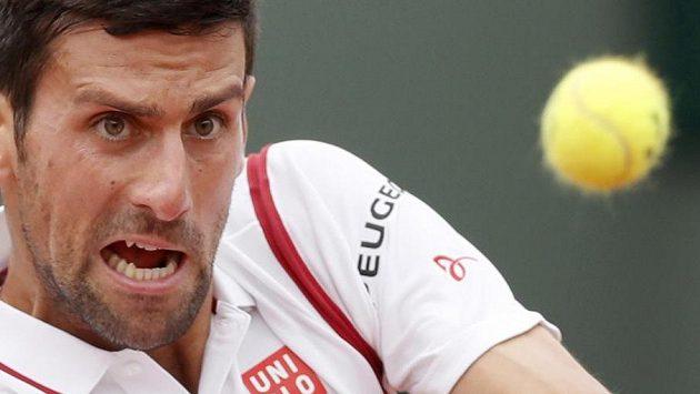 Světová jednička Novak Djokovič v zápase s Belgičanem Stevem Darcisem.