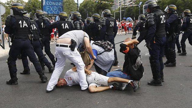 Francouzská policie zatýká dva polské fanoušky v Marseille.