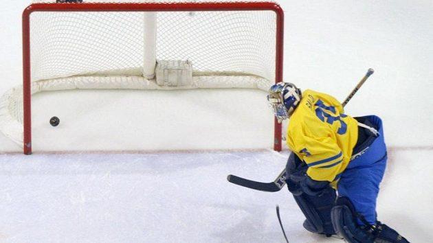 Švédský brankář Tommy Salo na olympijském turnaji v Salt Lake City v duelu s Běloruskem nevěřícně sleduje, kde skončil puk po jeho nešťastném zásahu.