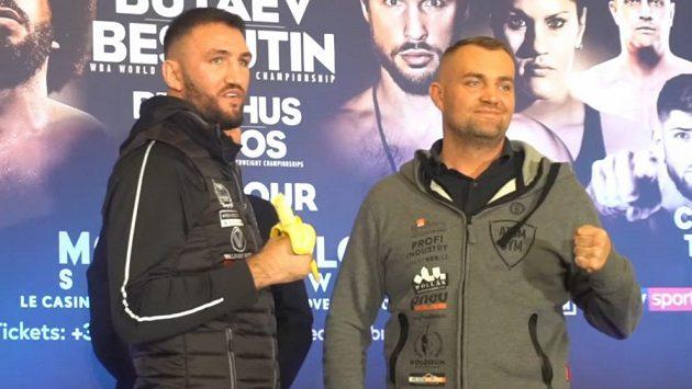 Boxer Hughie Fury (vlevo) s banánem a Pavel Šour před duelem v Monte Carlu