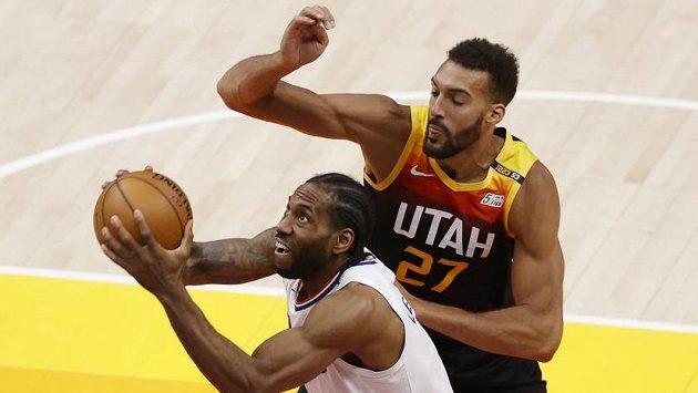 Rudy Gobert (27) z Utahu a Kawhi Leonard z LA Clippers.