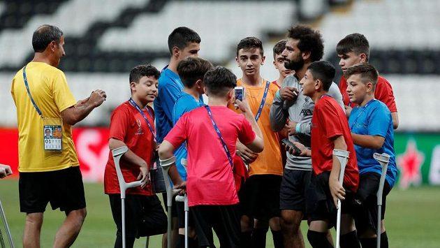 Fotbalisté Liverpoolu udělali před zápasem o Superpohár UEFA radost postiženým dětem.