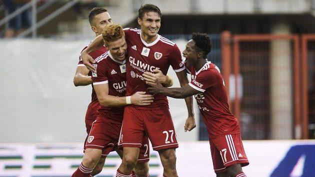 Michal Papadopulos (druhý zprava) sdílí se spoluhráči gólovou radost.