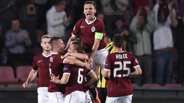 Fotbalisté Sparty oslavují první gól v utkání Evropské ligy proti Young Boys Bern.