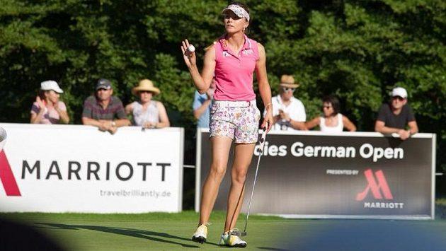 Česká golfistka Klára Spilková se připravuje na úder.