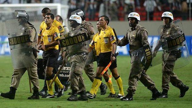 O vypjaté situace není Jižní Americe kolem fotbalu nouze. Ozbrojení příslušníci policie často musejí doprovázet rozhodčí, střety mezi fanoušky mnohdy nestíhají řešit.