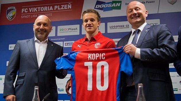 Majitel Viktorie Tomáš Paclík a vpravo generální manažer Adolf Šádek v létě představili poslední velkou posilu - Jana Kopice.