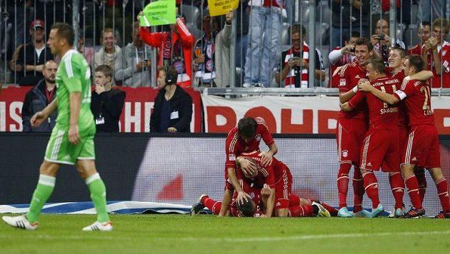 Fotbalisté Bayernu Mnichov se radují ze vstřelení gólu do sítě Wolfsburgu.