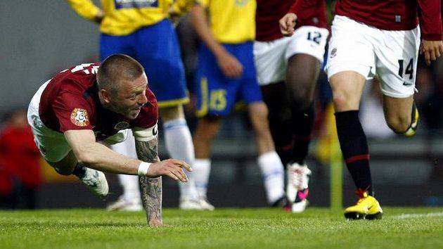 Tomáš Řepka v pádu po vstřeleném gólu.