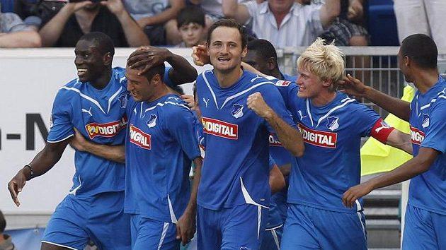 Fotbalisté Hoffenheimu oslavují výhru.