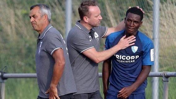 Jordi Osei-Tutu byl během přátelského utkání Bochum - St. Gallen terčem rasismu ze strany soupeře. Hřiště opustil v slzách ještě před poločasem.