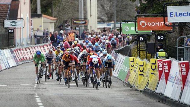 Peloton závodu Paříž-Nice míří do cíle. Ilustrační foto