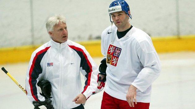 Marian Jelínek v rozhovoru s Jaromírem Jágrem během tréninku na MS v roce 2004 v Praze.