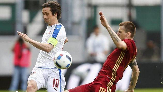 Kapitán české fotbalové reprezentace Tomáš Rosický (vlevo) v souboji s Olegem Ivanovem z Ruska.