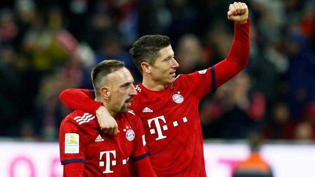 Střelci gólů Bayernu Robert Lewandowski (vpravo) a Franck Ribéry se radují.