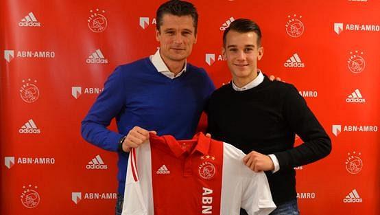 Vedoucí mládeže v Ajaxu Wima Jonk a Václav Černý (vpravo) po podpisu nové smlouvy.