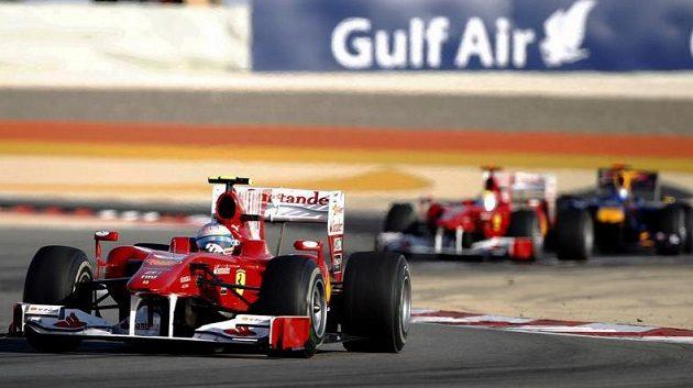 Fernando Alonso v čele Velké ceny Bahrajnu. Vzadu druhý pilot Ferrari Felipe Massa a Sebastian Vettel s vozem Red Bull.