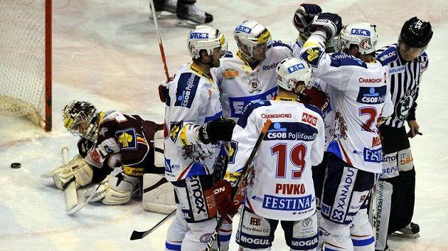 Hokejisté Pardubic oslavují vstřelený gól v utkání se Spartou.