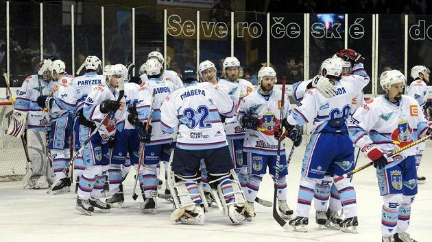 Hokejisté Chomutova se radují z vítězství.