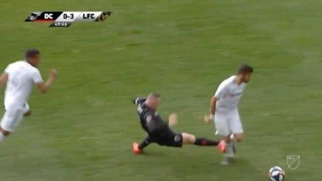 Wayne Rooney nevybíravým zákrokem atakuje Diega Rossiho během utkání zámořské MLS.