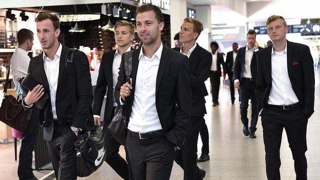 Znovu na cestu, tentokrát směr Řecko... Fotbalisté Sparty (zleva) Matěj Hybš, Martin Frýdek, Josef Hušbauer, Bořek Dočkal a Ladislav Krejčí.
