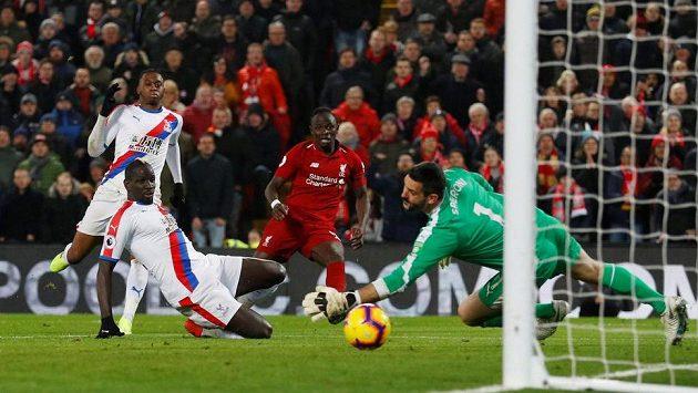 Fotbalisté Liverpoolu nadále vedou tabulku Premier League (druhý zprava Sadio Mané).