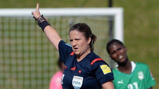 Kanadská rozhodčí Carol Anne Chenardová přijde o účast na mistrovství světa fotbalistek.