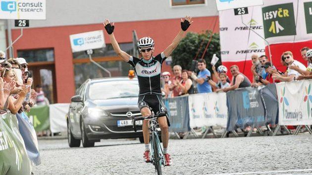 Jan Hirt se raduje z triumfu v královské etapě Czech cycling tour. Archivní foto.