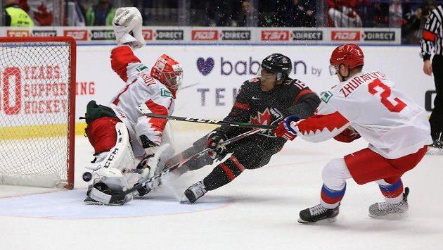 Vítězná branka Akila Thomase z Kanady (uprostřed), vlevo brankář Amir Miftachov z Ruska, vpravo Daniil Žuravlev z Ruska.