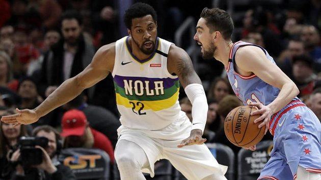 Tomáš Satoranský z Chicaga se pokouší obejít Derricka Favorse z New Orleans.