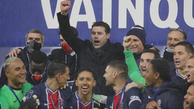 Trenér PSG Mauricio Pochettino (v horní řadě uprostřed) se raduje s týmem po výhře nad Marseille.
