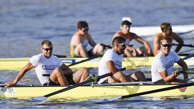 Veslař Ondřej Synek (vlevo), člen posádky Vysoké školy tělesné výchovy a sportu Palestra během veslařské regaty v závodě univerzitních osmiveslic.
