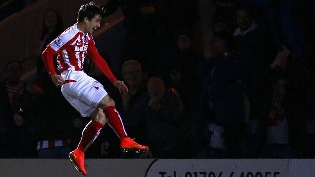 Bojan Krkic ze Stoke City tahle jásal po gólu proti Rochdale v FA Cupu.