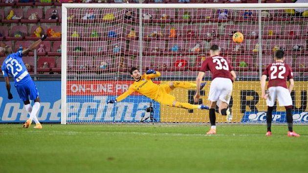 Kamso Mara ze Slovanu Liberec proměňuje penaltu nařízenou proti Spartě.
