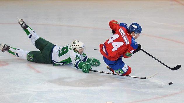 Denis Chlystov z Ufy se i vleže snaží zastavit průnik Švéda Nicklase Danielssona, nové akvizice hokejistů pražského Lva