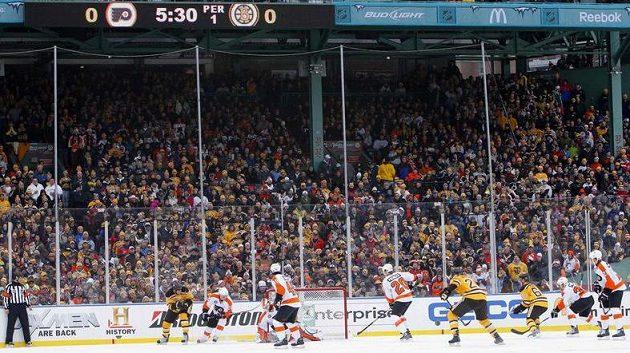 Venkovní utkání NHL mezi Bostonem a Philadelphií
