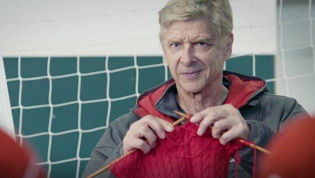Trenér Arséne Wenger učil své svěřence, jak se plete svetr.