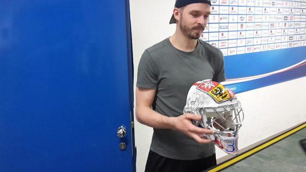Dominik Furch ukazuje svou masku pro mistrovství světa v Rusku.