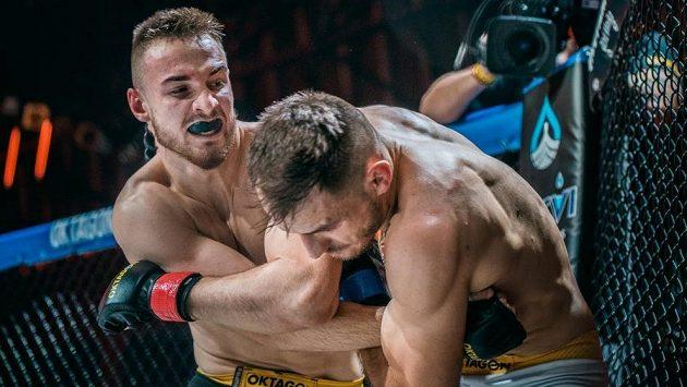 Peter Gabal (vlevo) při svém prvním vystoupení v OKTAGONU porazil Martina Muchu.