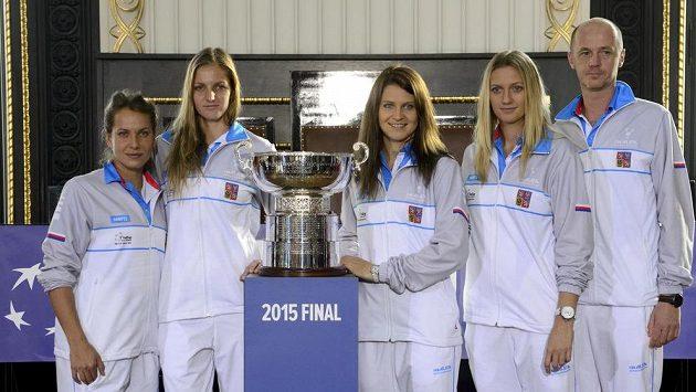 Český tým zleva Barbora Strýcová, Karolína Plíšková, Lucie Šafářová, Petra Kvitová a kapitán Petr Pála.