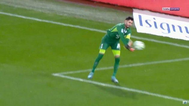francouzský brankář Grenoblu Brice Maubleu si dal v utkání proti Caen komický vlastní gól.