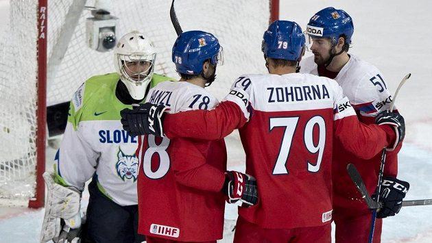 Český reprezentant Roman Horák (vpravo) přijímá gratulaci ke gólu od spoluhráčů Robina Hanzla a Tomáše Zohorny. Vlevo je slovinský brankář Gašper Krošelj.