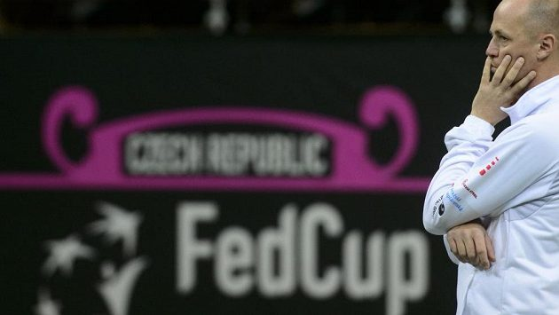 Kapitán Petr Pála sleduje v O2 areně trénink českého týmu před finále Fed Cupu s Ruskem.