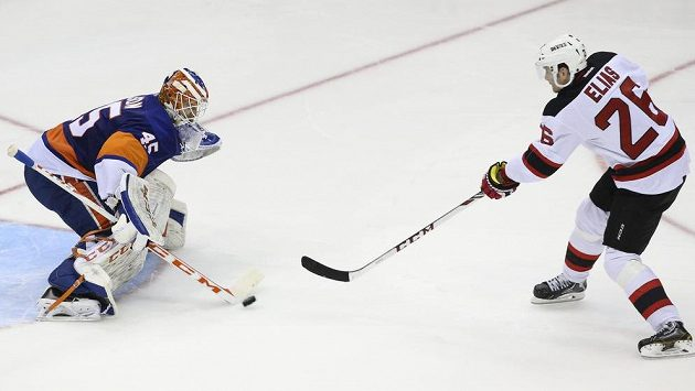 Neúspěšný nájezdový pokus Patrika Eliáše proti mladému Švédovi Nilssonovi.