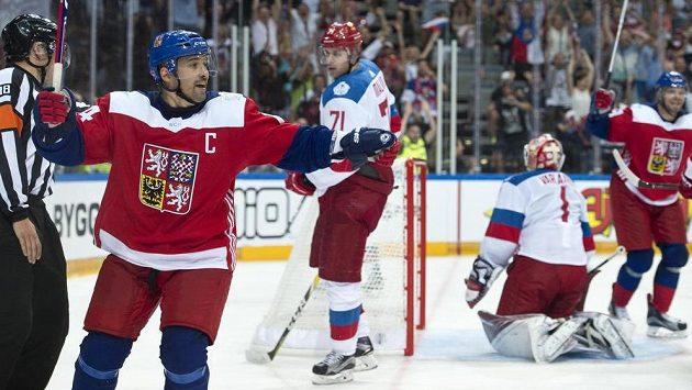 Tomáš Plekanec (vlevo) prolomil střelecké trápení českých hokejistů v O2 areně. Bude se radovat i v Torontu?
